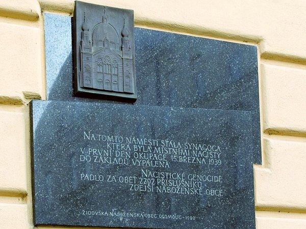 Pamětní deska připomínající olomouckou synagogu na dnešním Palachově náměstí
