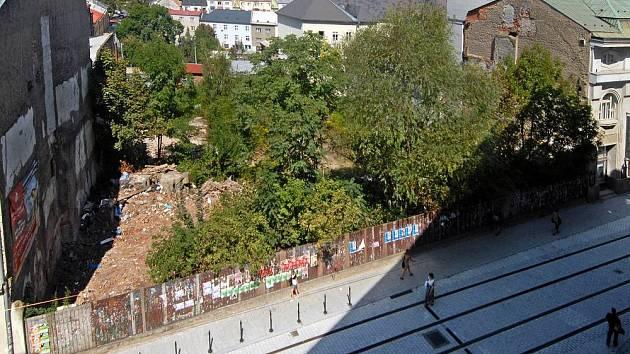Proluka v Denisově ulici vedle Muzea umění.