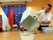 Do volebních místností v Obchodní akademii v Šumperku přišli voliči hned poté, co odbila druhá hodina, tedy okamžitě poté, co v Česku odstartovaly eurovolby.
