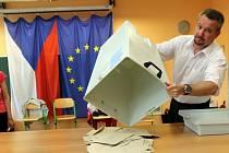 Eurovolby - sčítání hlasů volební okrsek 41 na ZŠ Heyrovského v Olomouci - PhDr. Zdeněk Machalíček