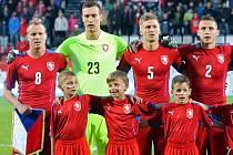 Fotbalová reprezentace v Olomouci. Nahoře zleva kapitán David Limberský a gólman Marek Štěch