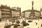 Část Masarykova náměstí se Sloupem Nejsvětější Trojice na pohlednici z roku 1947