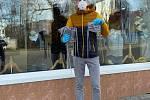 Dobrovolníci František Nabenkögel, Lukáš Kohout a Jan Hanes rozdávali v Litovli zdarma roušky z vlastních zásob. Roušky šije dobrovolně místní Galanterie Šárka