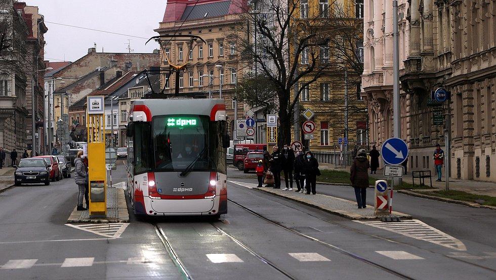 Tramvaj na konečné na Žižkově náměstí.  4. prosince 2020