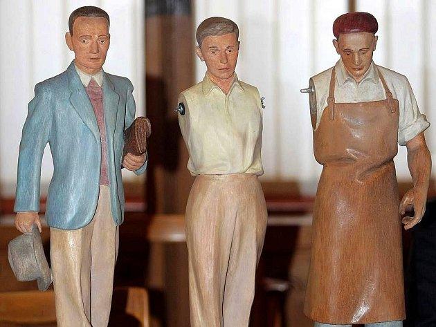 Opravené figurky z olomouckého orloje. Říjen 2009