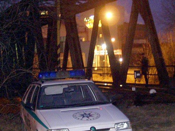Policisté vroce 2003hlídkují uolomouckého železničního mostu kvůli bombovému vyděrači