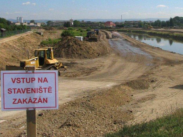 Mezi mostem přes Velkomoravskou a železničním mostem trati na Nezamyslice začala další etapa protipovodňové ochrany města
