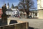 Vylidněné Masarykovo náměstí v uzavřeném Uničově. Pondělí 16. března 2020 dopoledne