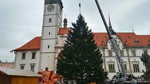 Vánoční strom dorazil k olomoucké radnici