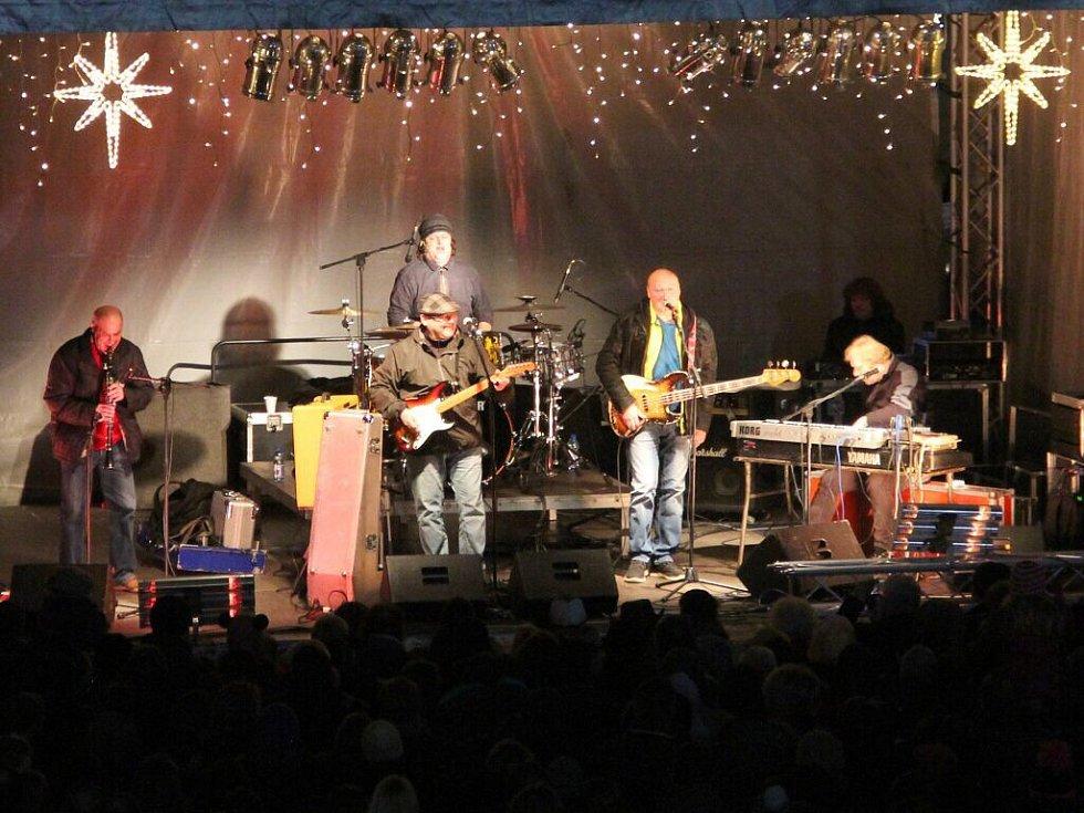 Koncert kapely Buty. Rozsvěcení vánočního stromu na Horním náměstí v Olomouci