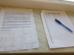 Ve Věrovanech podepisují lidé petici proti pronájmu bývalé školy obchodníkovi vietnamské národnosti.
