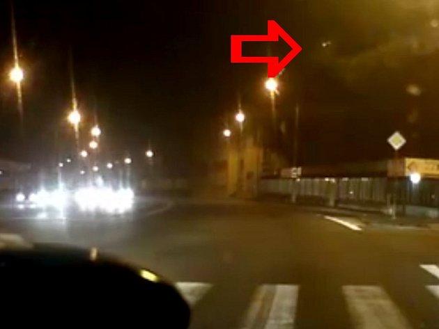 Video z olomoucké křižovatky Hněvotínská a Foerstrova zachytilo průlet bolidu