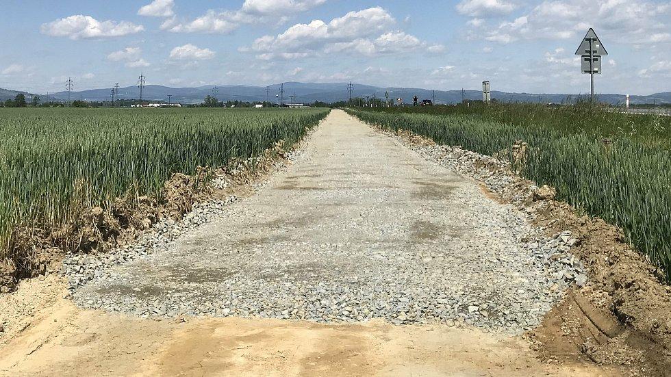 Cyklostezka podél silnice II/449 bude spojovat obce Litovel, Červenka a uničovskou místní část Střelice. Úsek mezi Červenkou a Střelicemi. (3.června 2020)