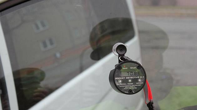 Měřič propustnosti světla a odrazivosti povrchu používaný olomouckými policisty