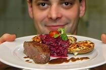 Telecí steak na salse z červené řepy s bramborami gratinovanými česnekovým mascarpone. Olomoucký kuchař Ondřej Liška