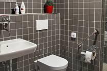 Na Oddělení šestinedělí Porodnicko-gynekologické kliniky FN Olomouc dokončili rekonstrukce koupelen a toalet.