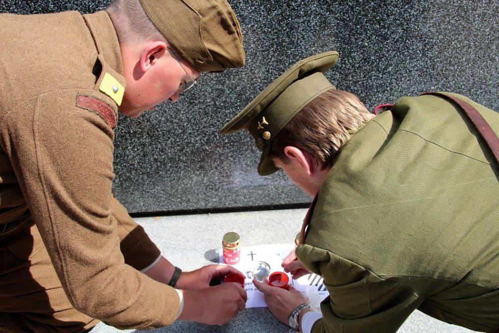 K uctění památky českých vojáků zabitých v Afghánistánu se 11. července 2014 sešla na Žižkově náměstí v Olomouci desítka lidí