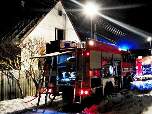 Hasiči zasahují u tragického požáru rodinného domu v Horní Loděnicic