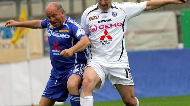 Radek Drulák (vpravo) v ostrém exhibičním souboji fotbalových legend na Andrově stradionu