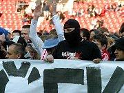 Protest fanoušků Slavie před zápasem semifinále Ondrášovka Cupu