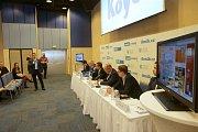 Petr Novák, ředitel společnosti Koyo Bearings, hovoří na setkání s hejtmanem Olomouckého kraje