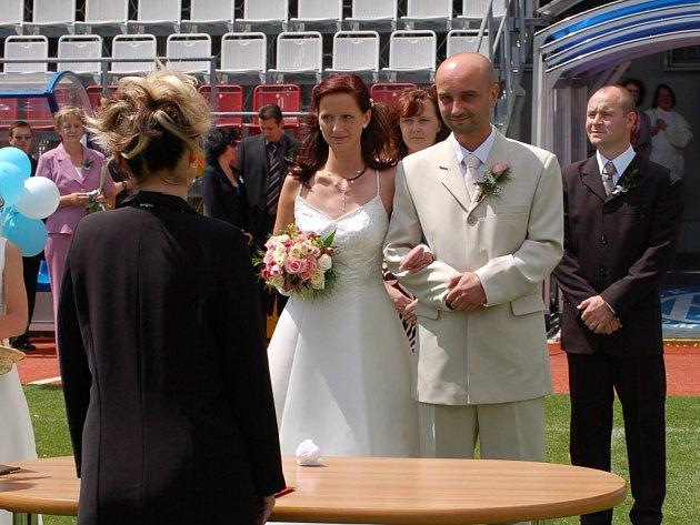 Nejen zajímavý termín, ale i nebvyklé místo – fotbalový Andrův stadion v Olomouci – si zvolili v sobotu za místo sňatku Eva a Miroslav Skácelíkovi.