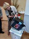 Vysypávání urny s hlasovacími lístky v okrsku ZŠ Svaté Voršily v Olomouci