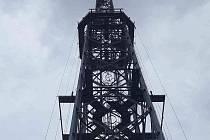 Hasiči zachraňovali dívku, kterou při šplhání na 150 metrů vysoký vysílač u Dobrochova zasáhl proud