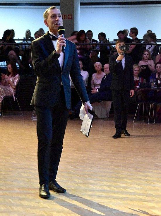 Moderátor Zdeněk Chlopčík. Dance ples v olomouckém RCO