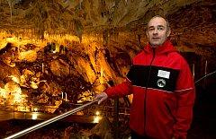Po obtížném průniku prostorami tzv. Objevné cesty objevili badatelé dne 14. dubna 1938 mohutné prostory Dómu gigantů. Správce jeskyní  Ing. Martin Koudelka