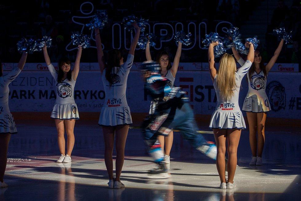Bílí Tygři Liberec proti HC Olomouc. Nástup hokejistů Liberce do zápasu.