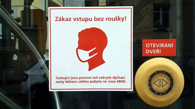 Piktogram na olomouckých tramvajích upozorňující cestující na povinnost  nosit roušku od 1. září.