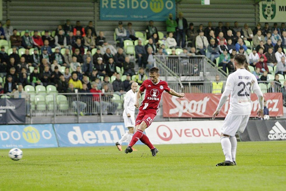 Olomoučtí fotbalisté (v červeném) v sedmém kole HET ligy vyhráli na hřišti Karviné 5:3. Šimon Falta dává gól