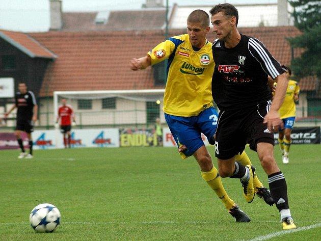 Fotbalisté Holice (v černém) porazili v zápase 6. kola MSFL Zlín B poměrem 1:0.