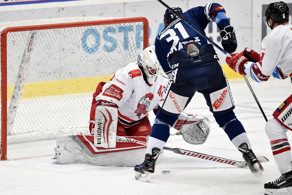 Dohrávka 12. kola hokejové extraligy: HC Vítkovice Ridera - HC Olomouc, 12. ledna 2021 v Ostravě. (zleva) brankář Olomouce Branislav Konrád a Dominik Lakatoš z Vítkovic.