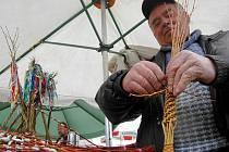 Květoslav Blaťák z Věrovan plete tatar na olomoucké tržnici