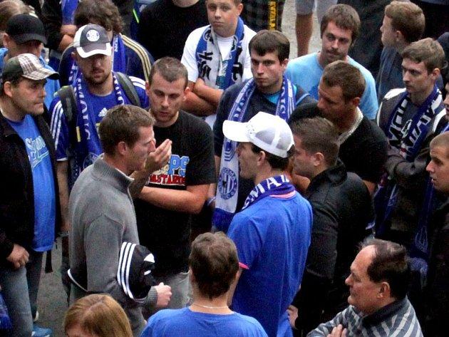 Rozzlobení fanoušci Sigmy po prohře se Znojmem diskutovali s hráči před stadionem