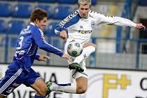 Pavel Dreksa (vlevo) bojuje o míč