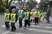 Děti v Olomouci na vycházce v reflexních vestách