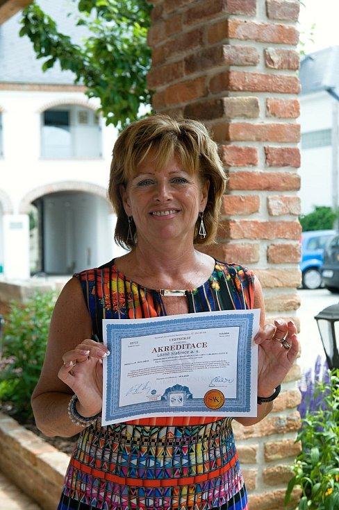 Ředitelka Lázní Slatinice Irena Vašicová s certifikátem o akreditaci lázní.