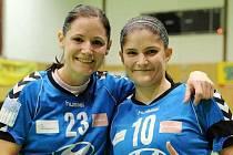 Zkušená křídelnice Kristýna Mika (vlevo), její sestra Martina vpravo