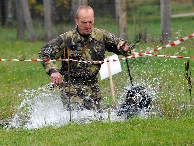 Psovod se psem musel projít přes vodní příkop.
