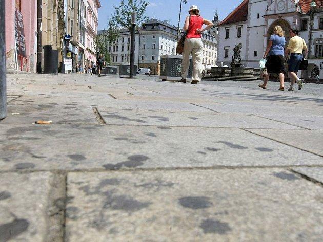 Žvýkačky zašlapané v chodníku