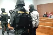 Vrchní soud projednával v úterý odvolání trojice expolicistů, kteří měli v roce 2006 provést na Brněnsku loupež, při níž si přišli na více než 70 milionů korun. Eskorta přivedla do síně Antonína Dolíhala.