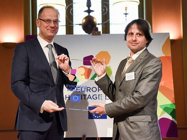Tibor Navracsics předává Miroslavu Kindlovi (vpravo) ocenění Evropské dědictví pro Arcidiecézní muzeum Olomouc