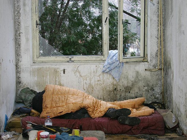 """Spící """"nájemník"""" unimobuněk u zimního stadionu."""