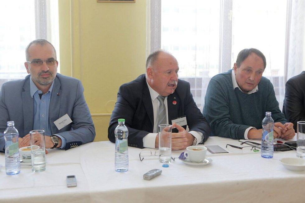 Zleva Roman Váňa (ČSSD), Ladislav Okleštěk (ANO), Josef Nekl (KSČM). Debata Deníku s lídry politických stran v salonku Městského domu v Přerově