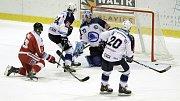 Olomoučtí hokejisté (v červeném) porazili Plzeň 5:0