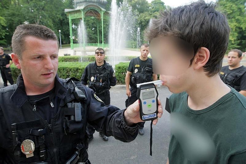 Olomoucká městská policie poslední den školního roku kontrolovala zákaz nalévání lakoholických nápojů mladistvým