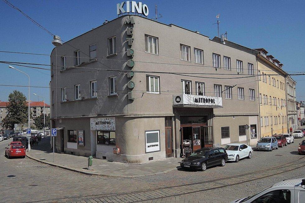 Kino Metropol před rekonstrukci fasády s původním nápisem z 90. let